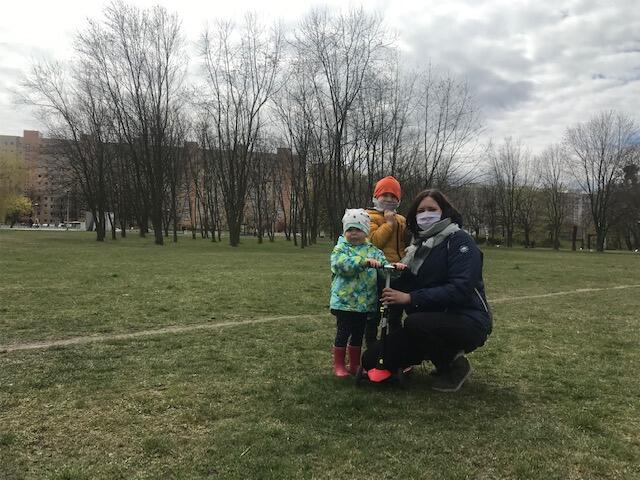 Marysia, Janek i Magda Wronkowscy z ogromną radością powrócili do swojego ulubionego parku. I choć z placu zabaw jeszcze skorzystać nie mogą, poniedziałkowy spacer sprawił im ogrom przyjemności