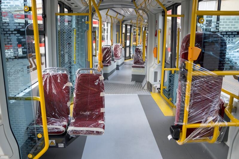 Wszystkie kolumny i poręcze w nowych tramwajach PESA Jazz Duo są żółte, a przyciski opisane w alfabecie Braille`a - w trosce o potrzeby osób niewidomych i niedowidzących
