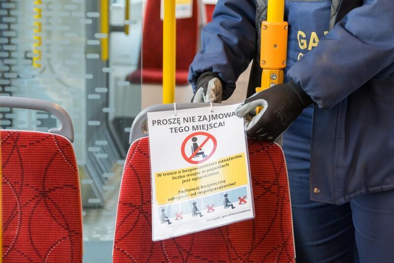 Niektórym tramwajom przyszło rozpocząć kursowanie w trakcie epidemii - ich wnętrza zostały oznakowane zgodnie z obowiązującymi procedurami