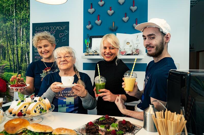 Jolanta Rychlik, po prawej pan Paweł, po lewej pani Maria, a za nią wolontariuszka - pani Beata