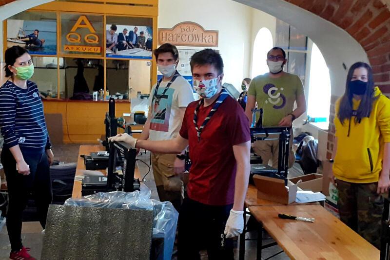 Udało się im kupić 13 drukarek 3D. Teraz czas na pomoc harcerzom w zdobyciu materiałów, z których maszyny wydrukują przyłbice