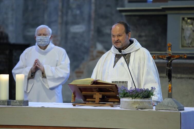 Mszę świętą w kościele św. Jana odprawił ksiądz Krzysztof Niedałtowski, który dodawał wiernym otuchy w czasach niepokoju związanego z pandemią koronawirusa