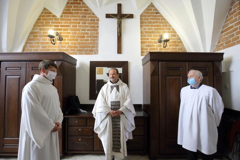 W niedzielę, 26 kwietnia, wszyscy uczestnicy mszy św. w kościele św. Jana starali się uczestniczyć w liturgii w sposób bezpieczny. Każdy osoba miała obowiązkową maseczkę, do wnętrza weszło kilkanaście osób, choć zgodnie z nowymi przepisami może zmieścić się 40. Nz. ks. Krzysztof Niedałtowski z szafarzami w zakrystii, przed rozpoczęciem mszy św.