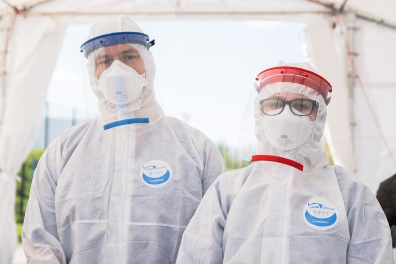 Koordynatorzy ekipy wolontariuszy studentów GUMed w drive-thru przy Stadionie Energa Gdańsk: Zuzanna Węgłowska oraz Tomasz Witowski