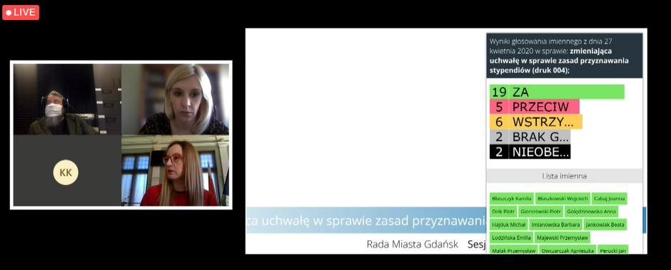 Na ekranach komputerów, w trakcie sesji widoczni będą radni, a także tablica z wynikami głosowania i tłumacz języka migowego. Na zdjęciu: przewodnicząca Agnieszka Owczarczak, radna Emilia Lodzińska i Tomasz Łuczyc-Wyhowski z portalu Gdansk.pl