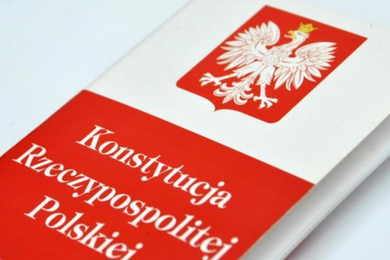 Cytat ze wspólnego stanowiska wykładowców prawa wyższych uczelni: Apelujemy do władz RP o uszanowanie powagi Państwa Polskiego i nieprzeprowadzanie wyborów na zasadach sprzecznych z Konstytucją RP. Nie mamy wątpliwości, że przesunięcie ich terminu jest możliwe bez naruszania Konstytucji RP