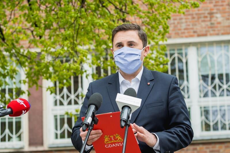 Dziesięciu dodatkowych urzędników od poniedziałku rozpocznie pracę w GUP, aby wspomagać mieszkańców Gdańska, przedsiębiorców i wszystkich składających wnioski z tytułu tarczy antykryzysowej - mówił wiceprezydent Gdańska Piotr Borawski