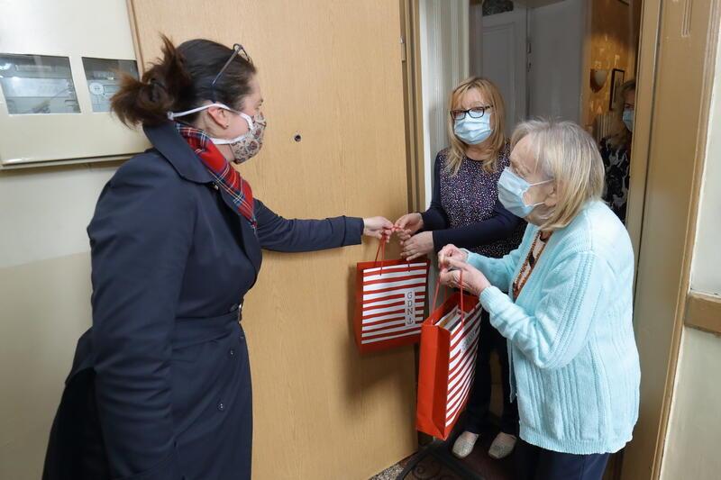 Prezydent Aleksandra Dulkiewicz spotkała się z szefową Koła Gdańsk Światowego Związku Żołnierzy Armii Krajowej, panią Jadwigą Basińską oraz jej mamą - kombatantką, panią Krystyną Basińską