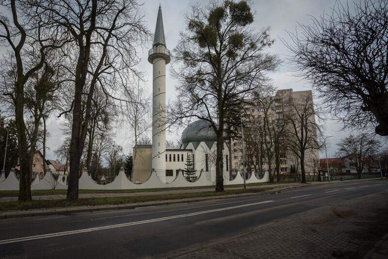 Meczet znajduje się przy ulicy Abrahama 17a. Jest obecnie jednym z pięciu czynnych meczetów w Polsce, jedynym na terenie Gdańska oraz jedynym posiadającym minaret