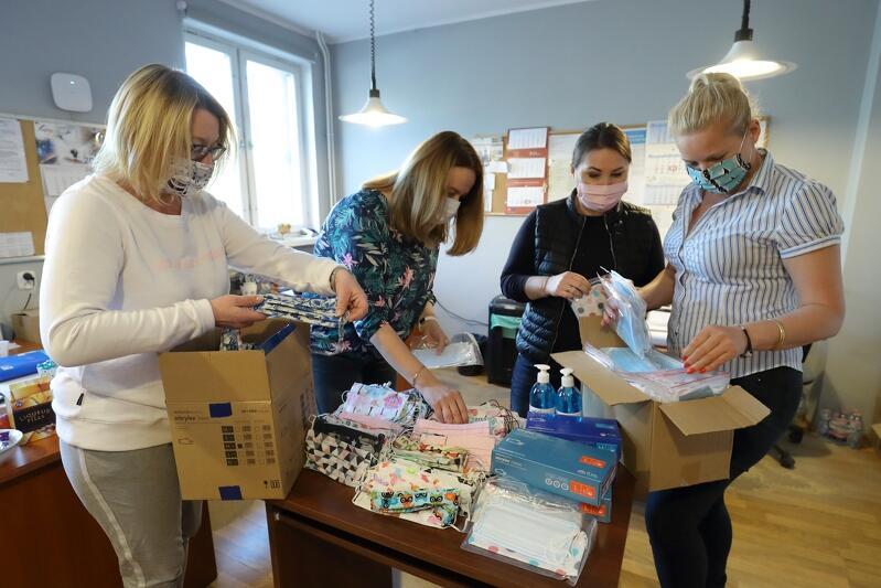 Katarzyna Littwin i koordynatorki usług opiekuńczych z Gdańskiej Spółdzielni Socjalnej, obowiązkiem spółdzielni jest zapewnić opiekunom środki ochrony, wielu darczyńców wspiera GSS dostarczając maseczki