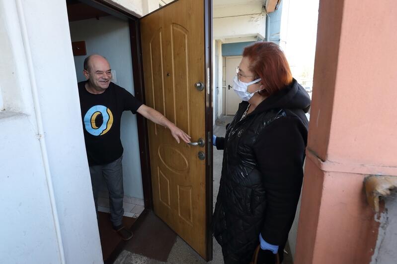 Dorota Chleboś w progu mieszkania pana Zbigniewa, który niedawno przeszedł udar i potrzebuję pomocy w życiu codziennym