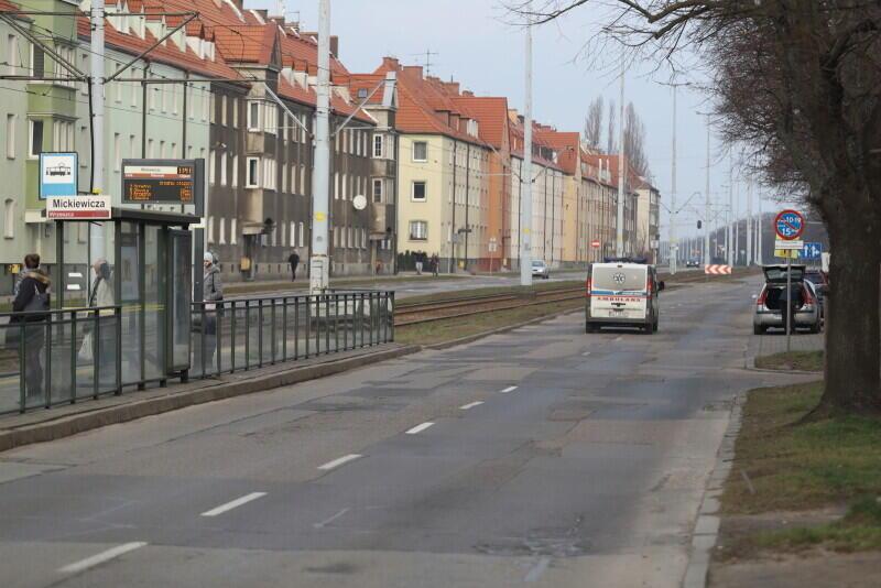 Gdańscy kierowcy dobrze znają ten odcinek Hallera i zapewne ucieszą się z prac modernizacyjnych - wymiana jezdni była konieczna. Ulica jest remontowana odcinkami, których kolejność konsultowano z radnymi dzielnicy Wrzeszcz Dolny