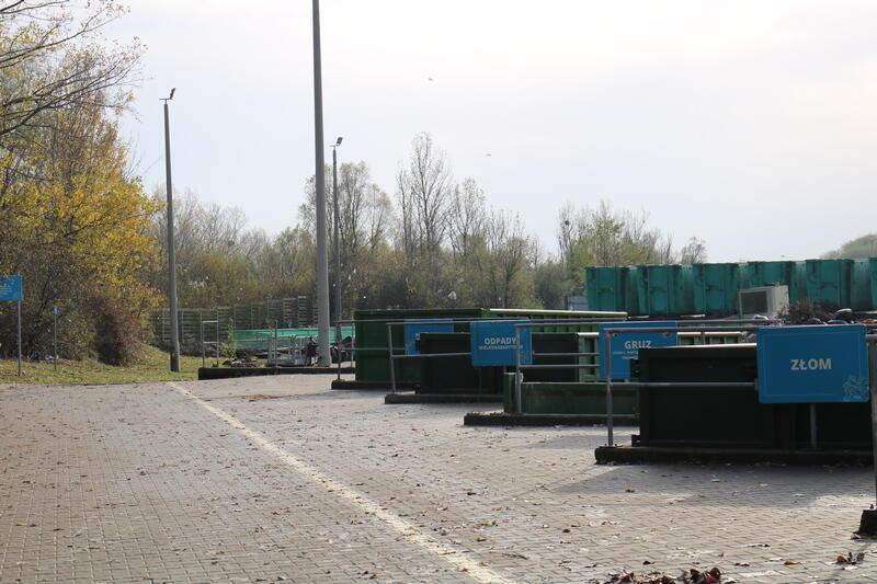 Punkt Selektywnego Zbierania Odpadów Komunalnych znajduje się na terenie Zakładu Utylizacyjnego przy ul. Jabłoniowej 55 na Szadółkach