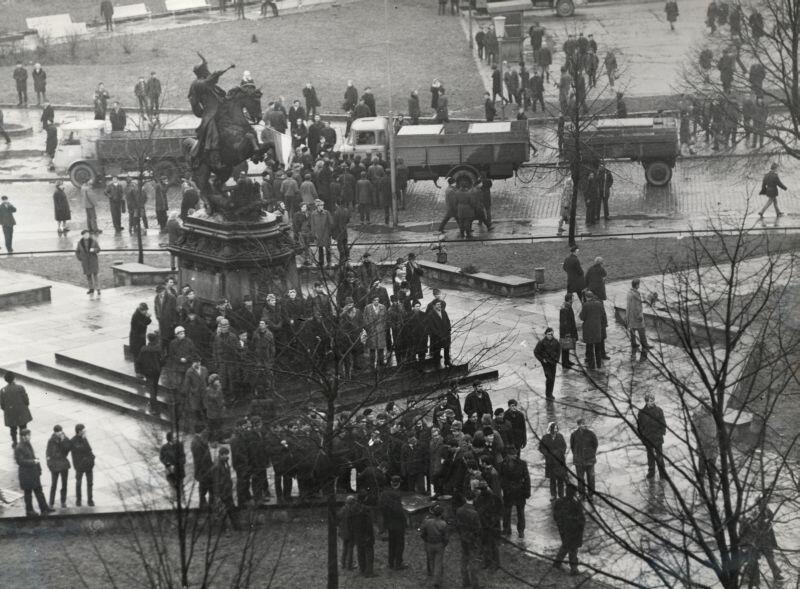 Mieszkańcy Gdańska na Targu Drzewnym pod pomnikiem Jana III Sobieskiego, 14 lub 15.12.1970 r.
