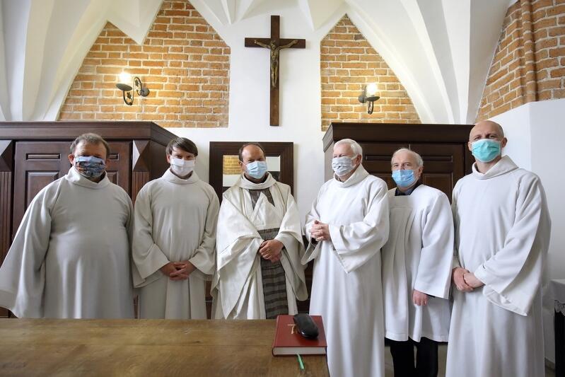 26.04.2020. Gdańsk. Msza św. w kościele św. Jana. Zdjęcie grupowe na plebanii