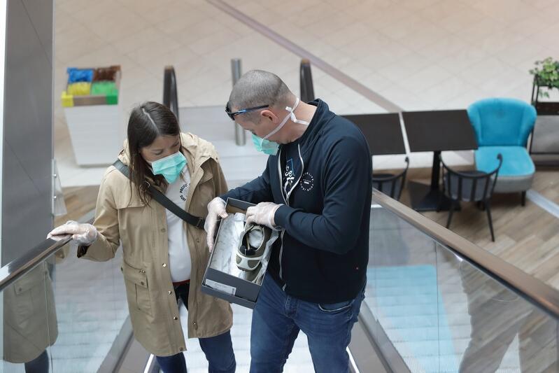 04.04.2020. Galeria Forum Gdańsk. Pierwszy dzień funkcjonowania galerii handlowych po przerwie spowodowanej obostrzeniami związanymi z pandemią koronawirusa