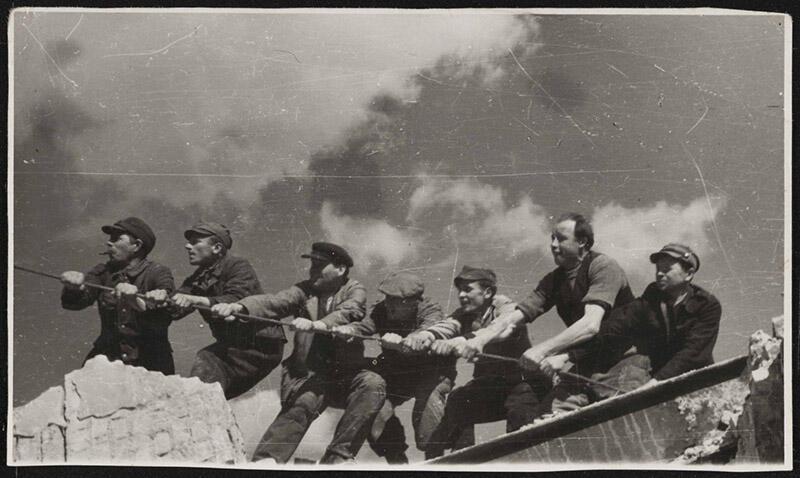 Oryginalne zdjęcie ze zbirów online Muzeum Gdańska przedstawia epizod z powojennej odbudowy miasta...