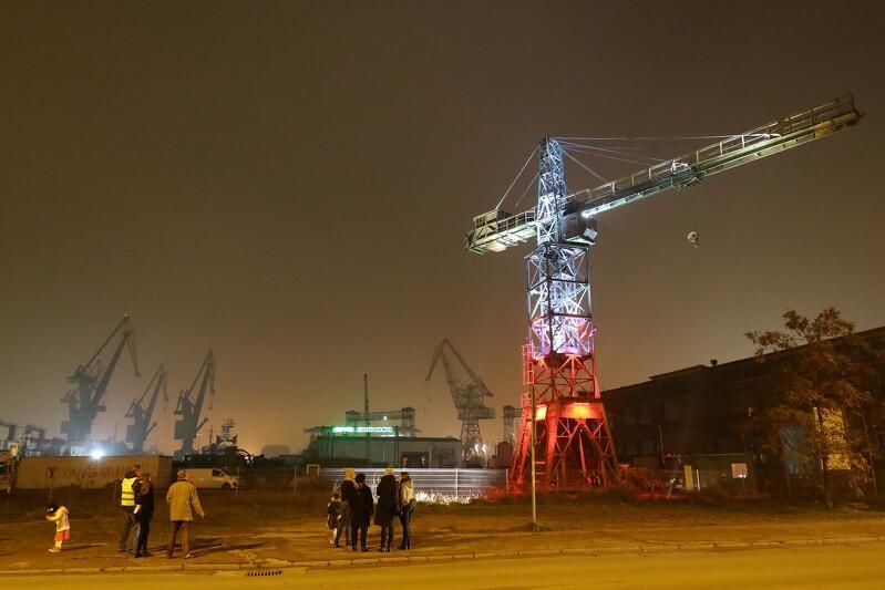 Podświetlony dźwig w Stoczni Gdańskiej, tutaj 11 listopada, 9 maja utonie w niebieskościach