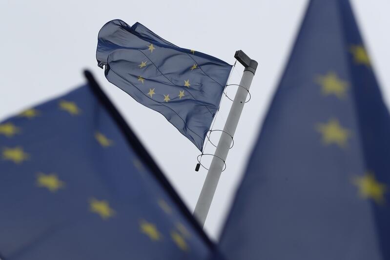 Flagi Unii Europejskiej wciągnięte na maszt na Górze Gradowej