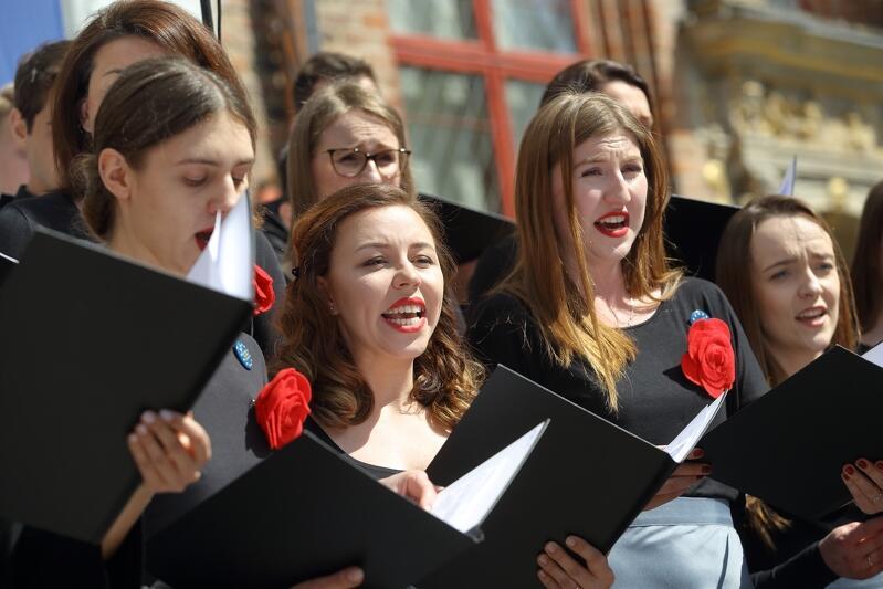 `Oda do radości` w Gdańsku, maj 2019 r., 15- lecie wstąpienia Polski do Unii Europejskiej świętowane u stóp Dworu Artusa