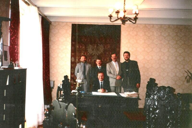 Rok 1991. Jacek Starościak odchodzi ze stanowiska prezydenta. Pożegnalne zdjęcie ze współpracownikami