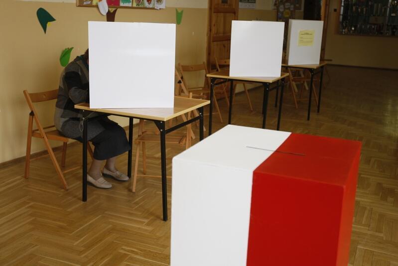 Państwowa Komisja Wyborcza potwierdza, że wybory 10 maja nie odbędą się i uzasadnia, że powodem tej sytuacji było wprowadzenie ustawy, która odebrała PKW możliwości działania