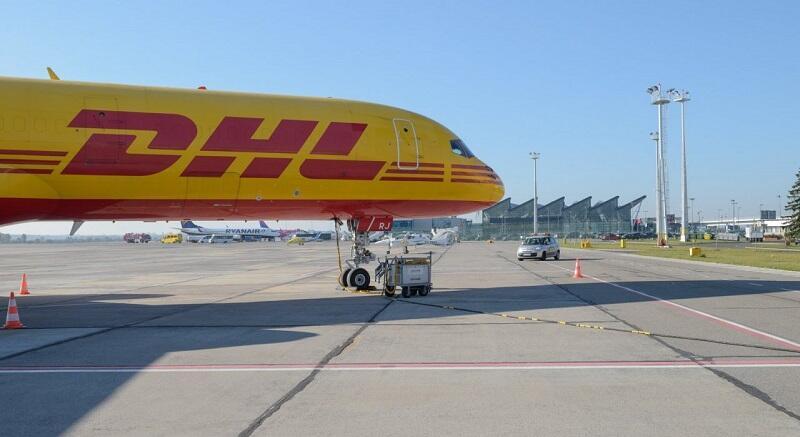 Ruch cargo wciąż ma się dobrze. Nz. samolot DHL w Porcie Lotniczym Gdańsk