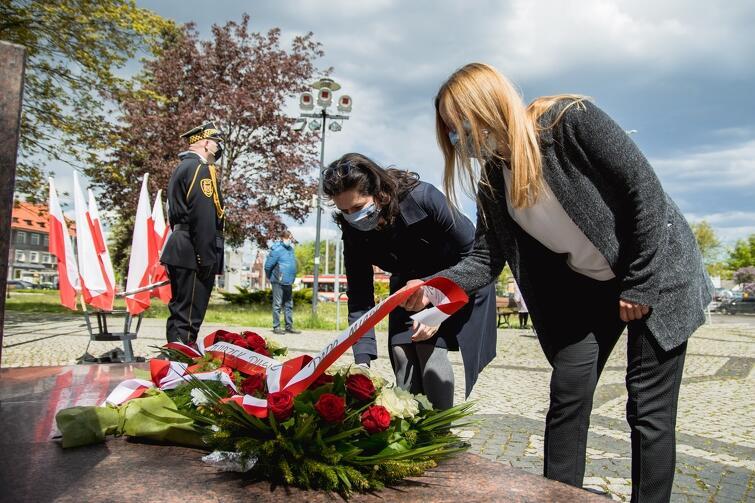 Kwiaty składają prezydent Aleksandra Dulkiewicz i przewodnicząca Rady Miasta Gdańska Agnieszka Owczarczak
