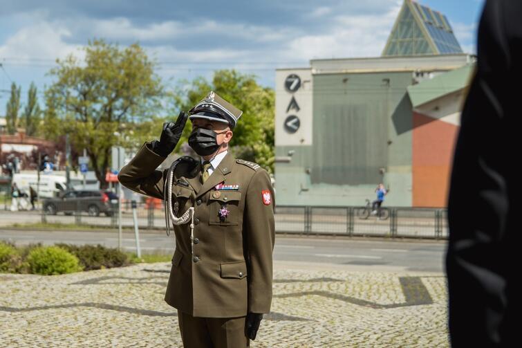 Salutuje płk Piotr Piątkowski, dowódca Garnizonu Gdańsk