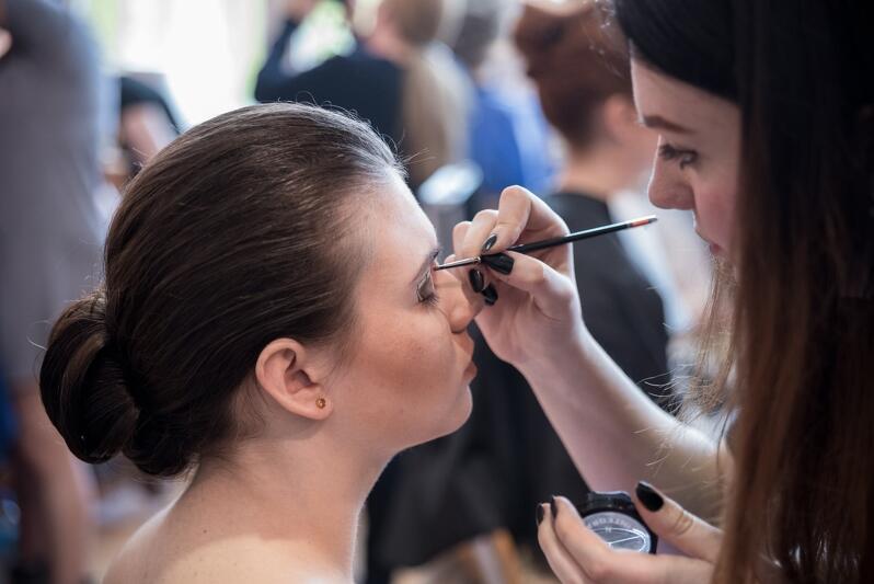 Wiele osób stęskniło się za wizytą w ulubionym zakładzie fryzjerskim lub salonie kosmetycznym. Od poniedziałku,18 maja, firmy te będą otwarte, ale pewnie już teraz warto się umówić, bo po półtoramiesięcznej przerwie lista oczekujących na nową fryzurę lub odświeżenie cery może być naprawdę długa