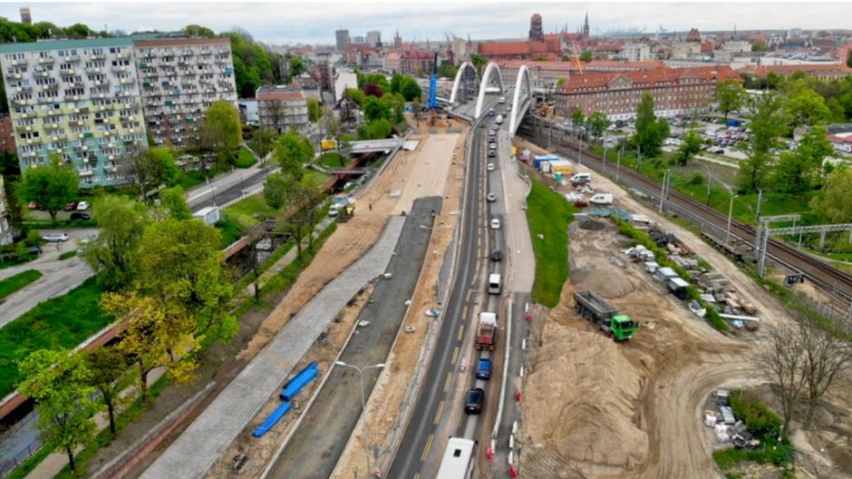 Gotowe są jużgórne warstwy nasypu drogowego lewej jezdni oraz najazd na most nad kanałem Raduni
