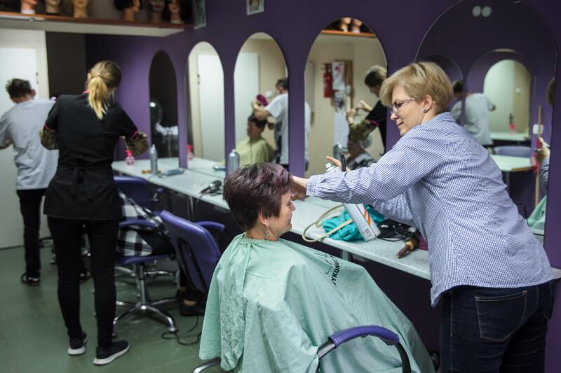 Od poniedziałku, 18 maja, salony fryzjerskie mogą wznowić działalność, po dwumiesięcznej przerwie. Ale zarówno pracownicy, jak i klienci będą musieli przestrzegać szeregu obostrzeń