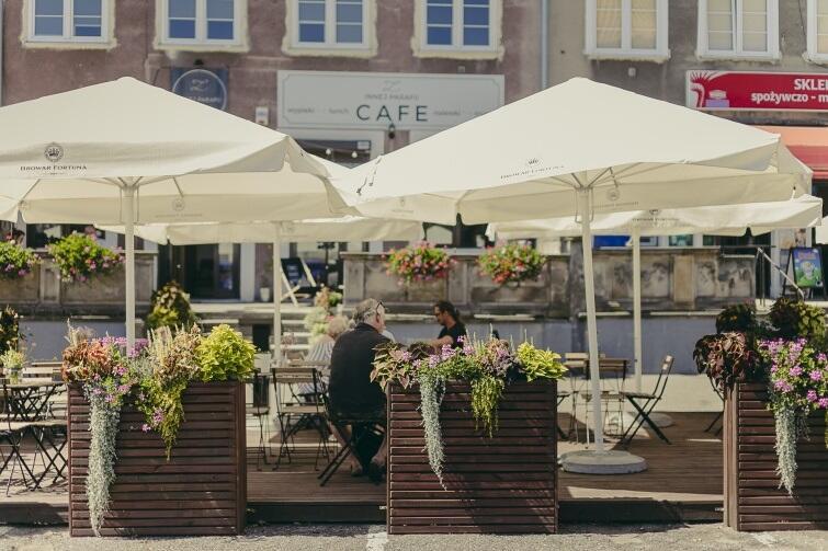 Zdjęcie archiwalne - ogródek kawiarni Z Innej Parafii przy Targu Rybnym w 2018 r. Obecnie lokal przyjmuje zamówienia na ciasta i zestawy, a w weekendy obsługuje gości przez okno