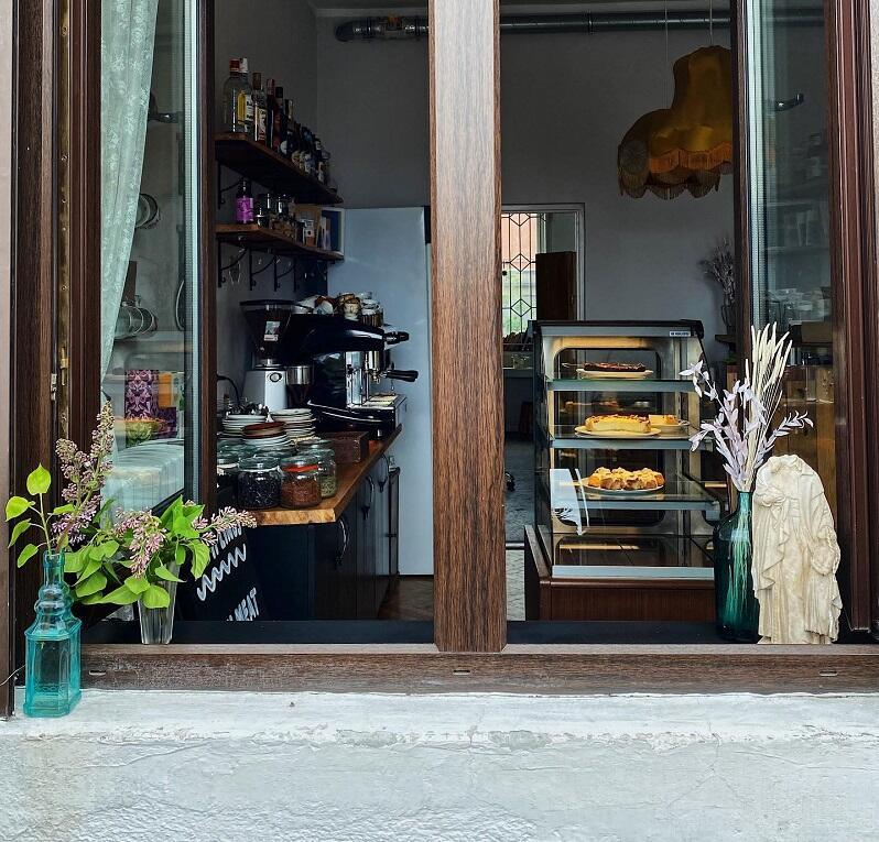 Okienko w kawiarni `Z Innej Parafii`