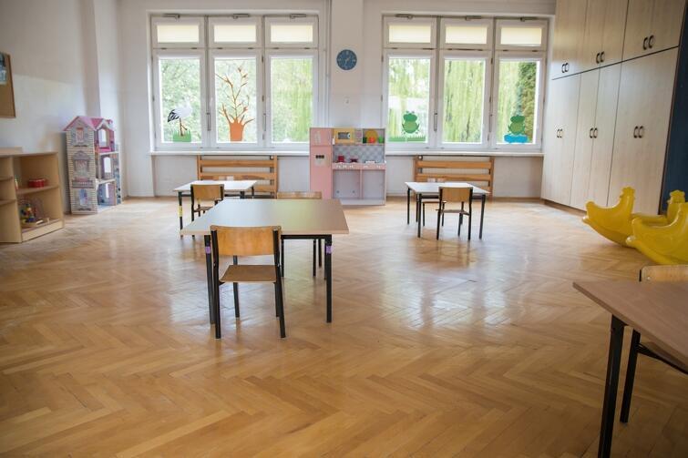 W salach, w których będą przebywać dzieci, stoliki porozstawiano w bezpiecznej odległości od siebie. Przy każdym będzie mogło siedzieć tylko dwoje dzieci