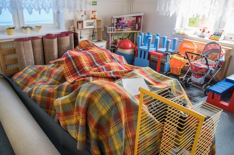 By zapewnić bezpieczeństwo najmłodszym, wszystkie zabawki i sprzęt, który trudno byłoby zdezynfekować, został wyniesiony do sal, w których nikt nie będzie przebywał