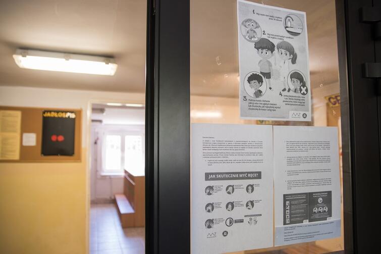Po wejściu do budynku przedszkola rodziców 'przywita' informacja o nowych zasadach panujących w placówkach w związku z trwającą epidemią
