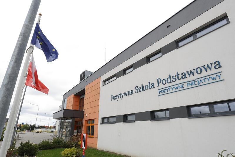 Pozytywna Szkoła Podstawowa im. Arkadiusza Arama Rybickiego jest szkołą publiczną, ale nie prowadzi jej Miasto Gdańsk lecz Fundacja Pozytywne Inicjatywy