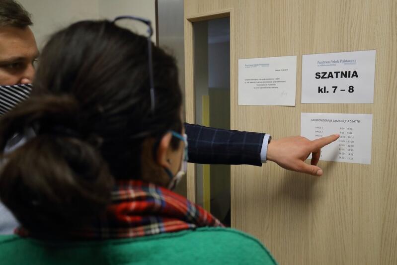 Podczas wizyty prezydent Gdańska Aleksandry Dulkiewicz w Pozytywnej Szkole Podstawowej rząd ogłosił kolejne luzowanie obostrzeń w edukacji. Nz. dyrektor Sebastian Krawczyk przybliża gościowi kulisy pracy szkoły w czasie epidemii