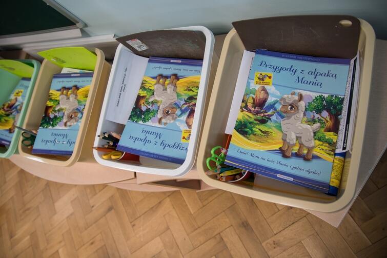 W przedszkolu nr 22 nauczycielki przygotowały dla dzieci indywidualne pakiety , z których te będą korzystać w trakcie zajęć. Każde znajduje się w osobnym plastikowym pojemniku