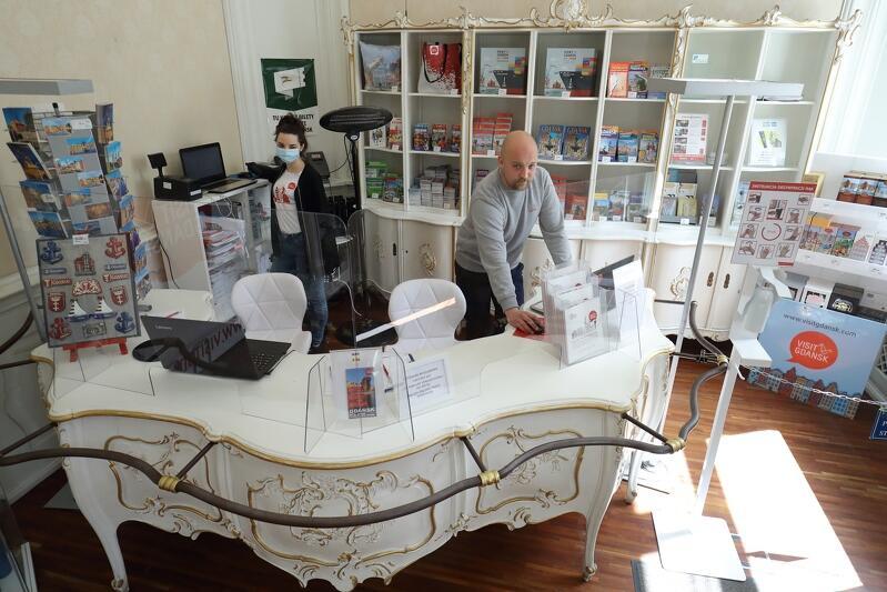 W punkcie informacji turystycznej zamontowano także plastikowe osłony, oddzielające pracowników od gości obiektu