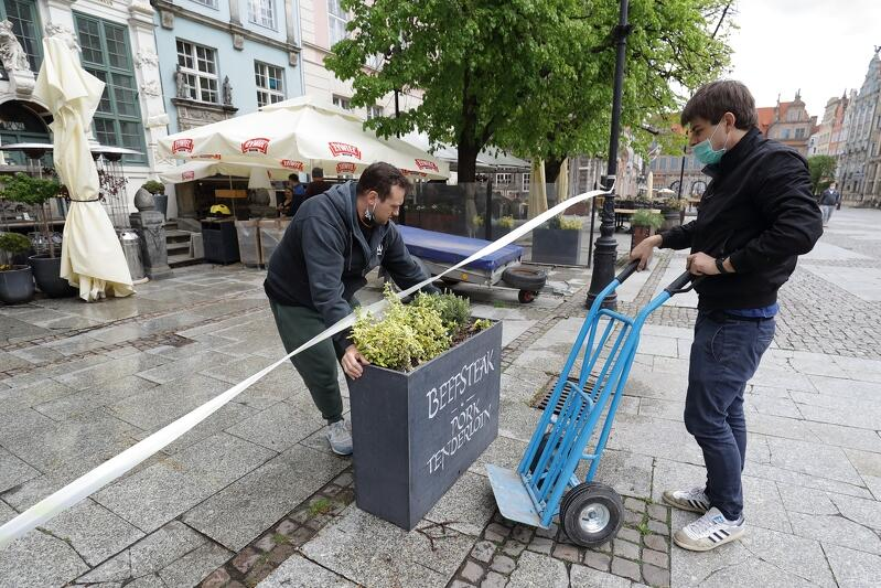 Długi Targ w Gdańsku, piątek 15 maja 2020. Restauracje przygotowują ogródki gastronomiczne do otwarcia sezonu po złagodzeniu obostrzeń związanych z epidemią COVID-19