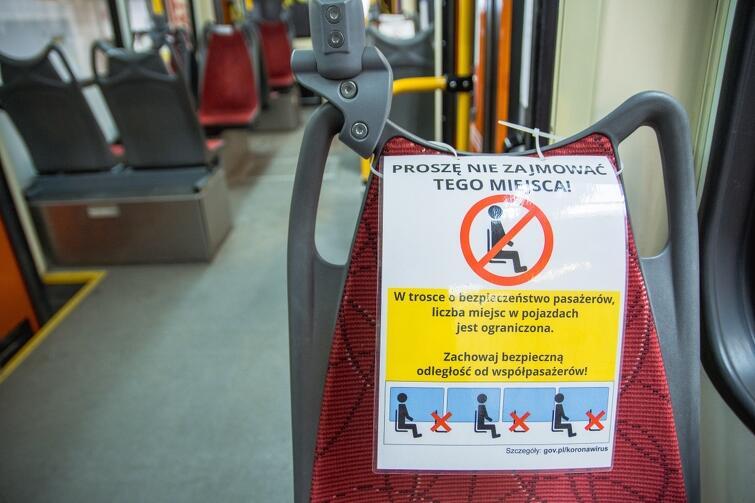W pojazdach komunikacji miejskiej pasażerowie nadal mogą zajmować tylko co drugie miejsce. Chodzi o zachowanie bezpiecznej odległości