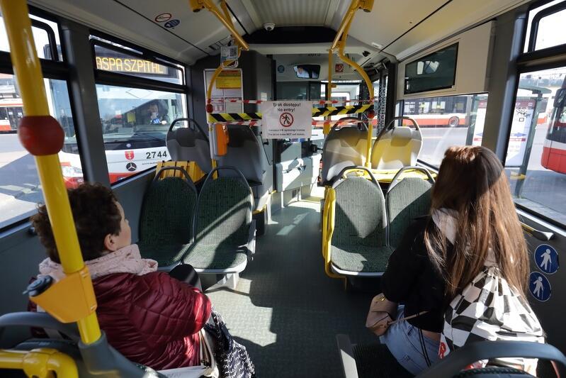 Od 18 maja maksymalna liczba osób w pojeździe nie może przekroczyć30 proc. ogólnej liczby miejsc siedzących i stojących, przy czym zajęta może być jedynie połowa miejsc siedzących