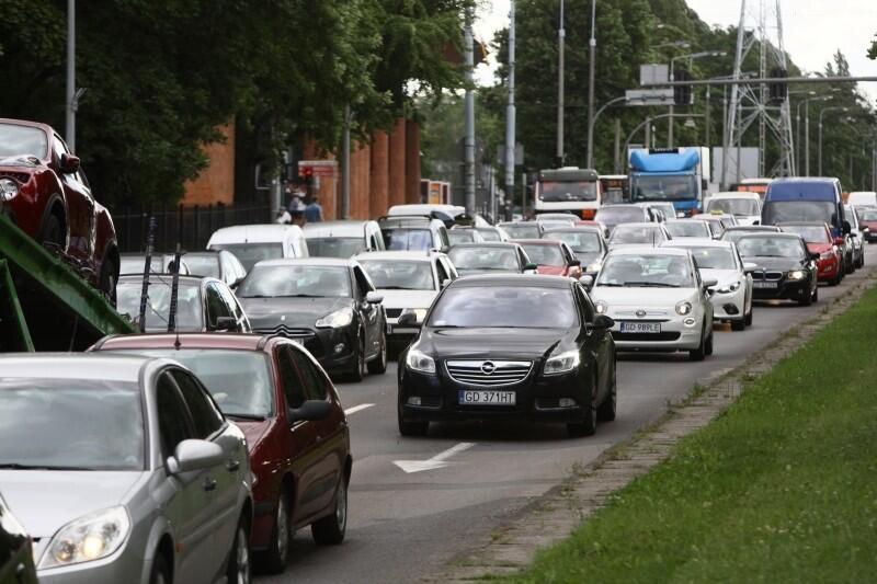 Pandemia koronawirusa nas nie opuszcza, ale ruch na ulicach polskich miast powoli wraca do normalności. W Trójmieście coraz więcej turystów i odwiedzających. Takie widoki to tylko kwestia czasu? Nz. korek na al. Zwycięstwa