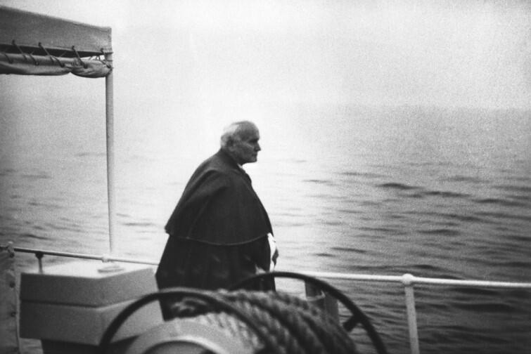 Jan Paweł II na spotkanie z młodzieżą na Westerplatte przybył niewielkim statkiem - wprost z mola w Sopocie