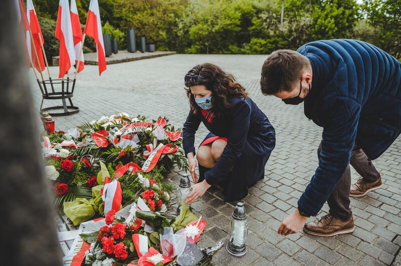Prezydent Gdańska Aleksandra Dulkiewicz składa znicze przy pamiątkowej tablicy na Westerplatte