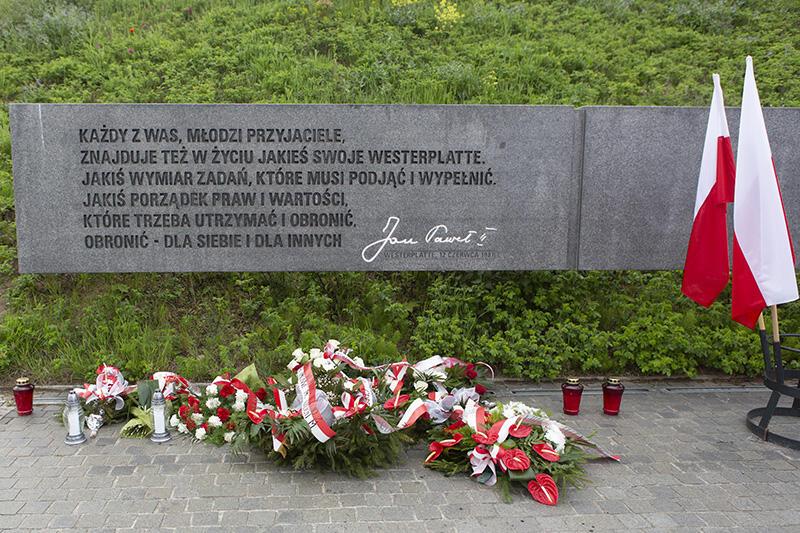 Pamiątkowa tablica ze słowami Jana Pawła II wypowiedzianymi na Westerplatte 12 czerwca 1987 roku