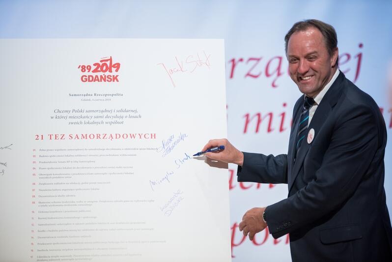 Marszałek województwa pomorskiego Mieczysław Struk podpisuje 21 tez samorządowców dla Polski, 4 czerwca 2019 r.