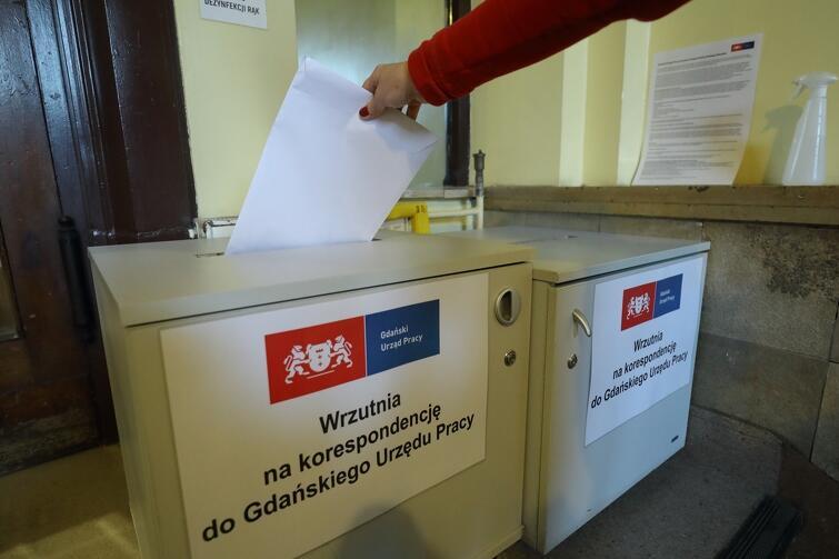 Kto nie ma lub nie chce korzystać z elektronicznych dokumentów, może skorzystać z wrzutni przygotowanej w siedzibie Gdańskiego Urzędu Pracy